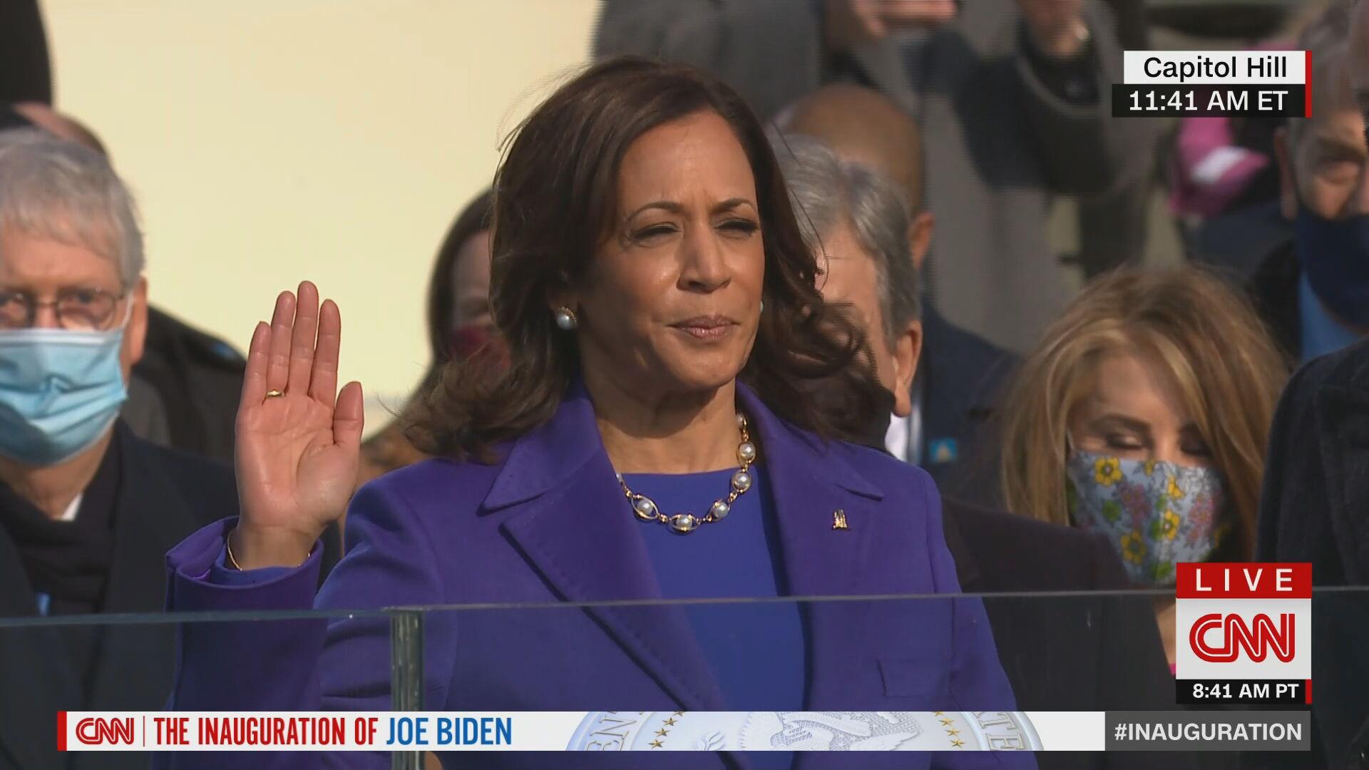 Kamala Harris faz juramento sob Bíblia durante cerimônia de posse nos EUA