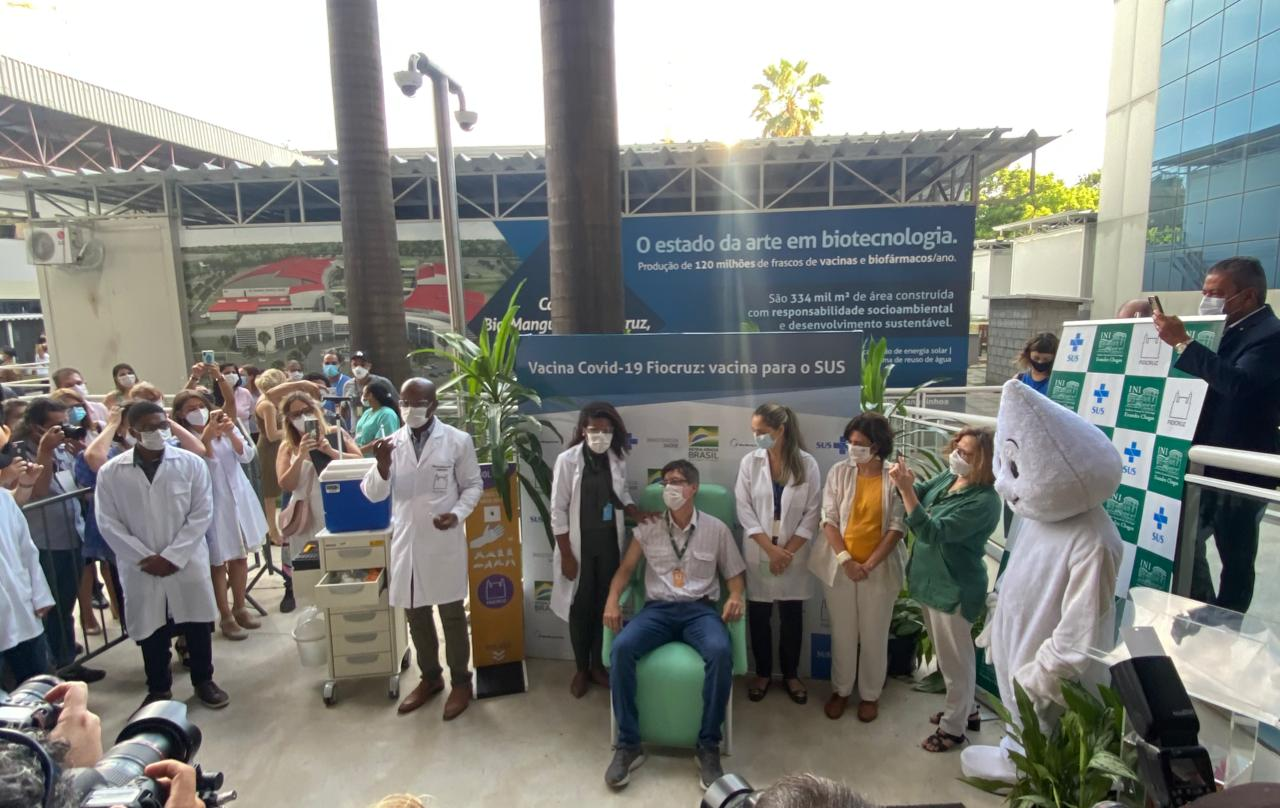 O médico Estevão Portela é o primeiro a receber a vacina de Oxford no Brasil
