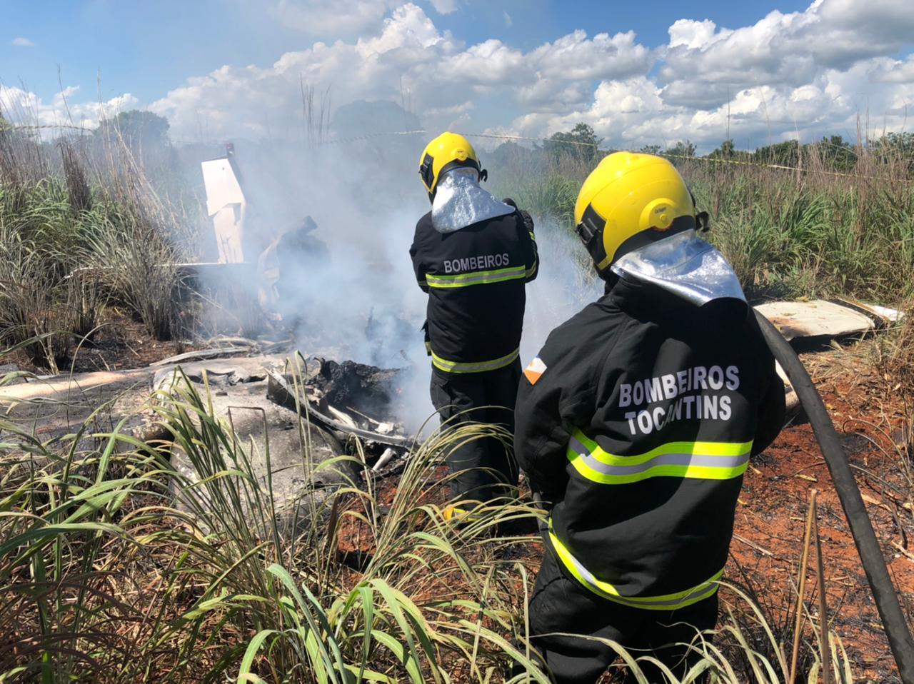 Bombeiros trabalham no local do acidente