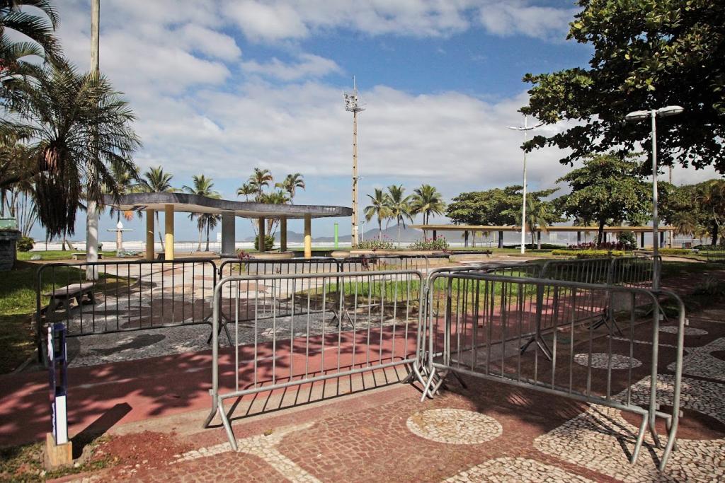 Coronavírus: prefeitura de Santos fecha calçadão de praias com grades