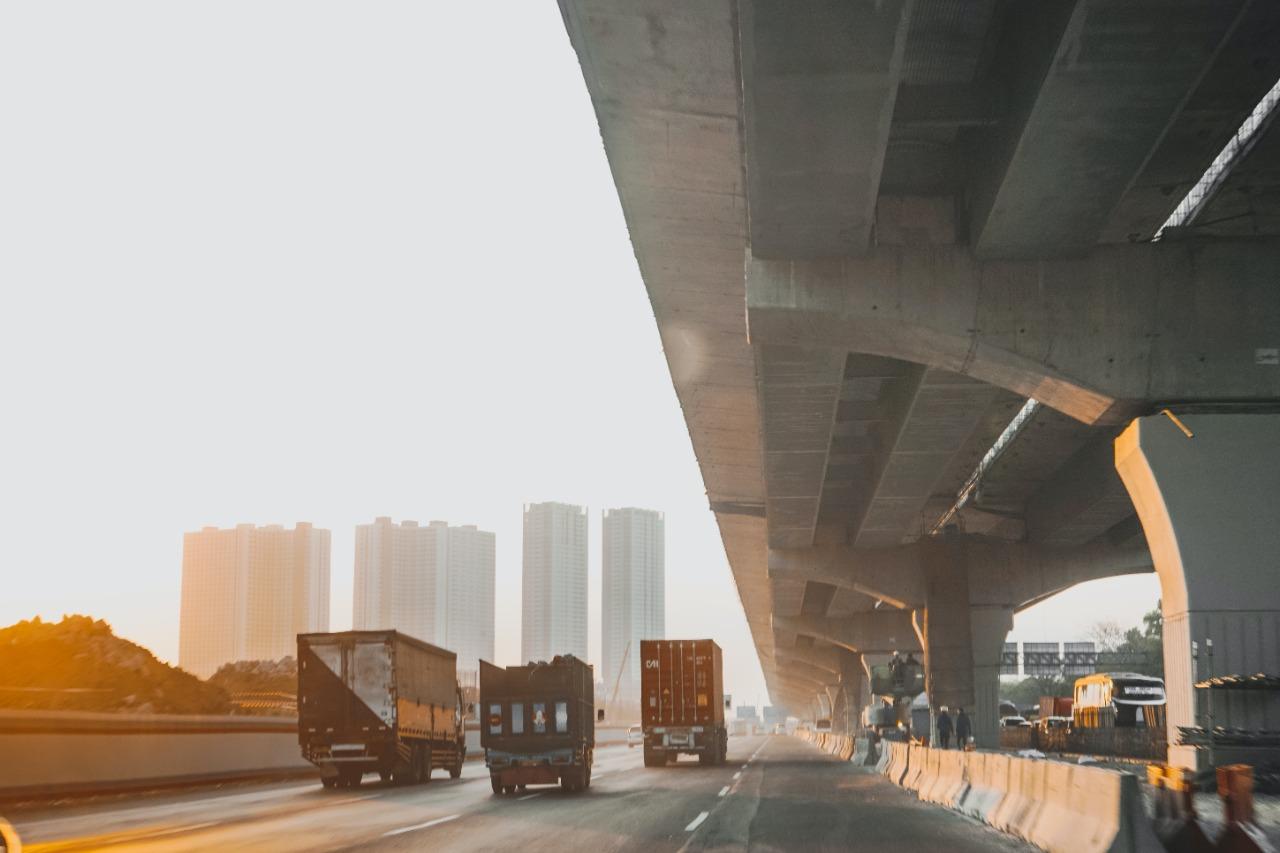 Caminhões na rodovia