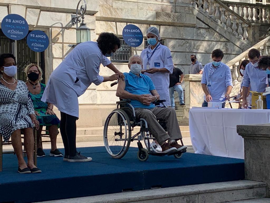 "Orlando Drummond, o ""Seu Peru"", recebe vacina"