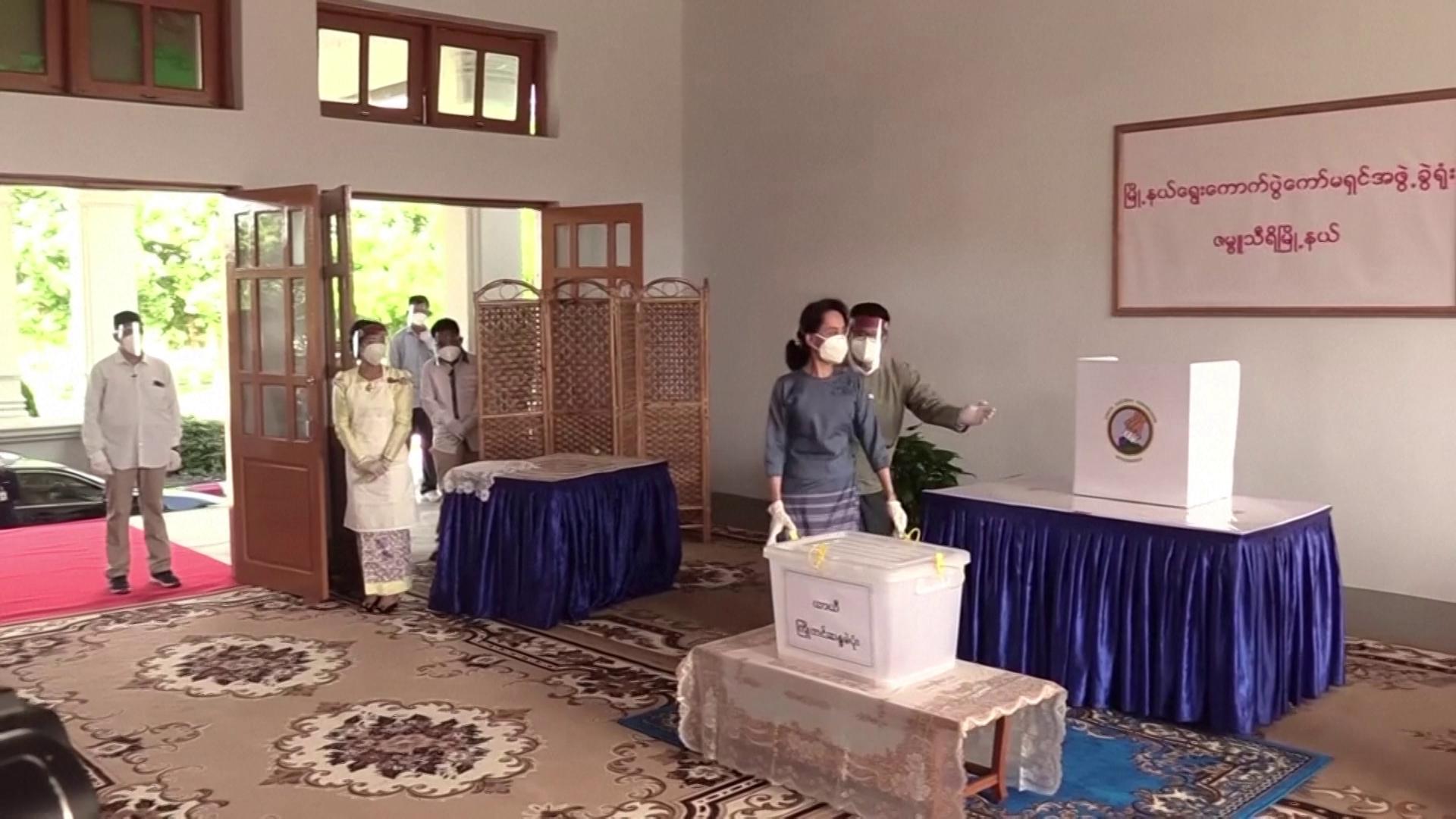 Aung San Suu Kyi vota em eleição nacional, em novembro
