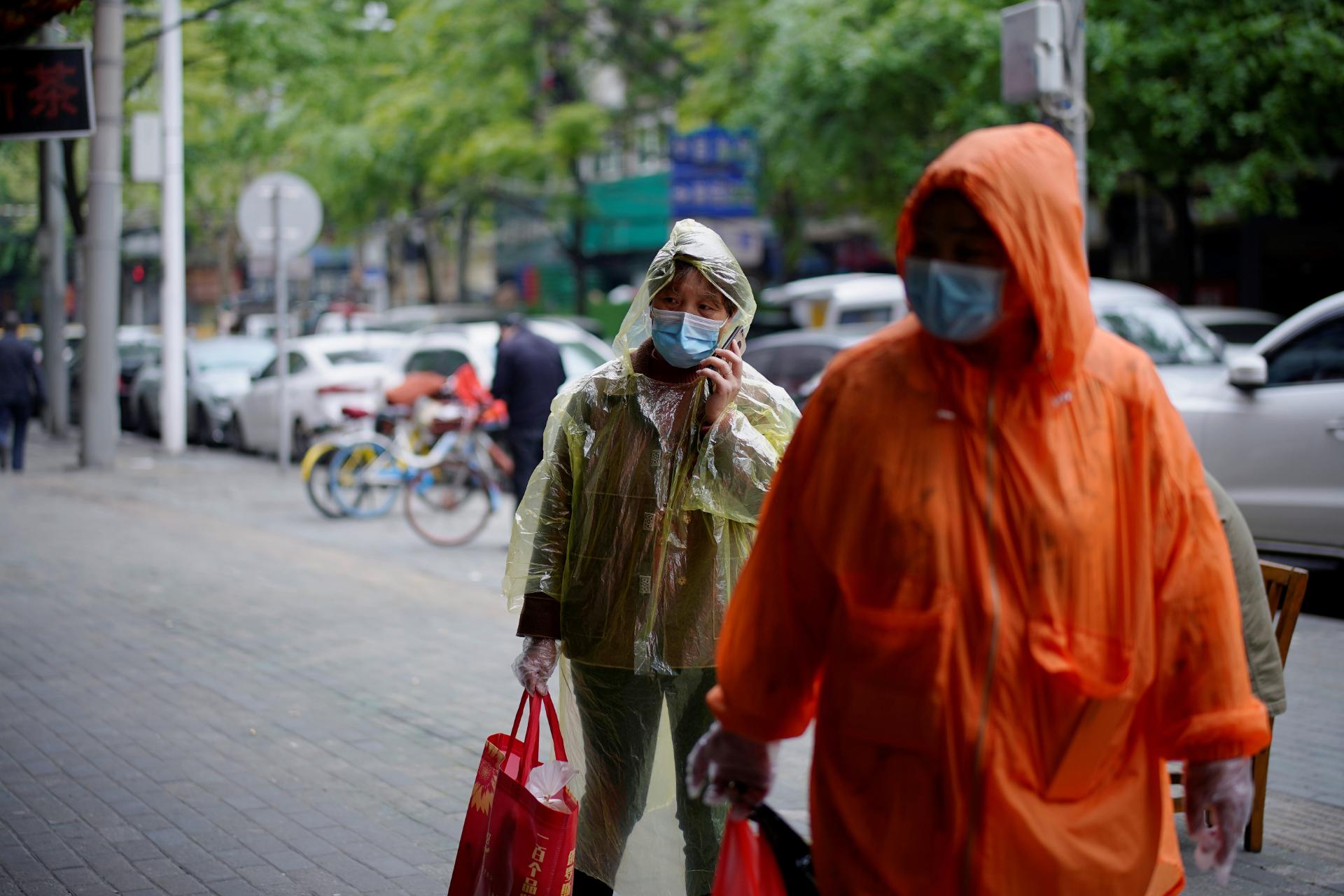 Pessoas com máscaras de proteção caminham em rua de Wuhan, na China