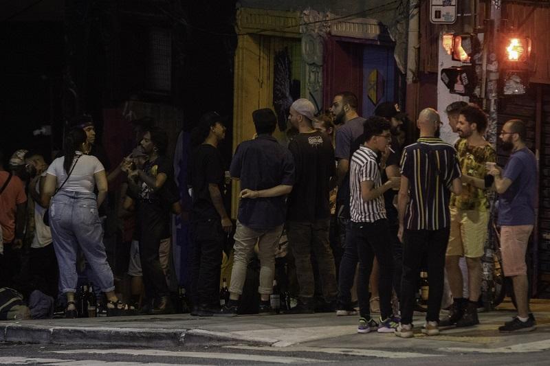 Jovens se aglomeram na região central de São Paulo
