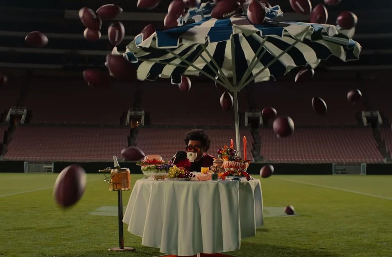 O cantor The Weeknd em um comercial sobre a sua participação no Super Bowl