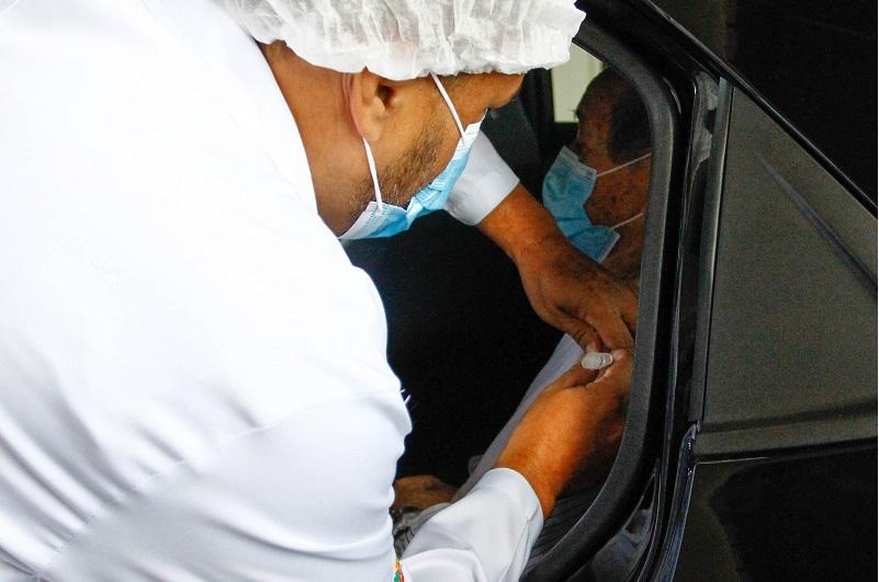 Idoso é vacinado no sistema drive-thru em ponto no estádio do Pacaembu