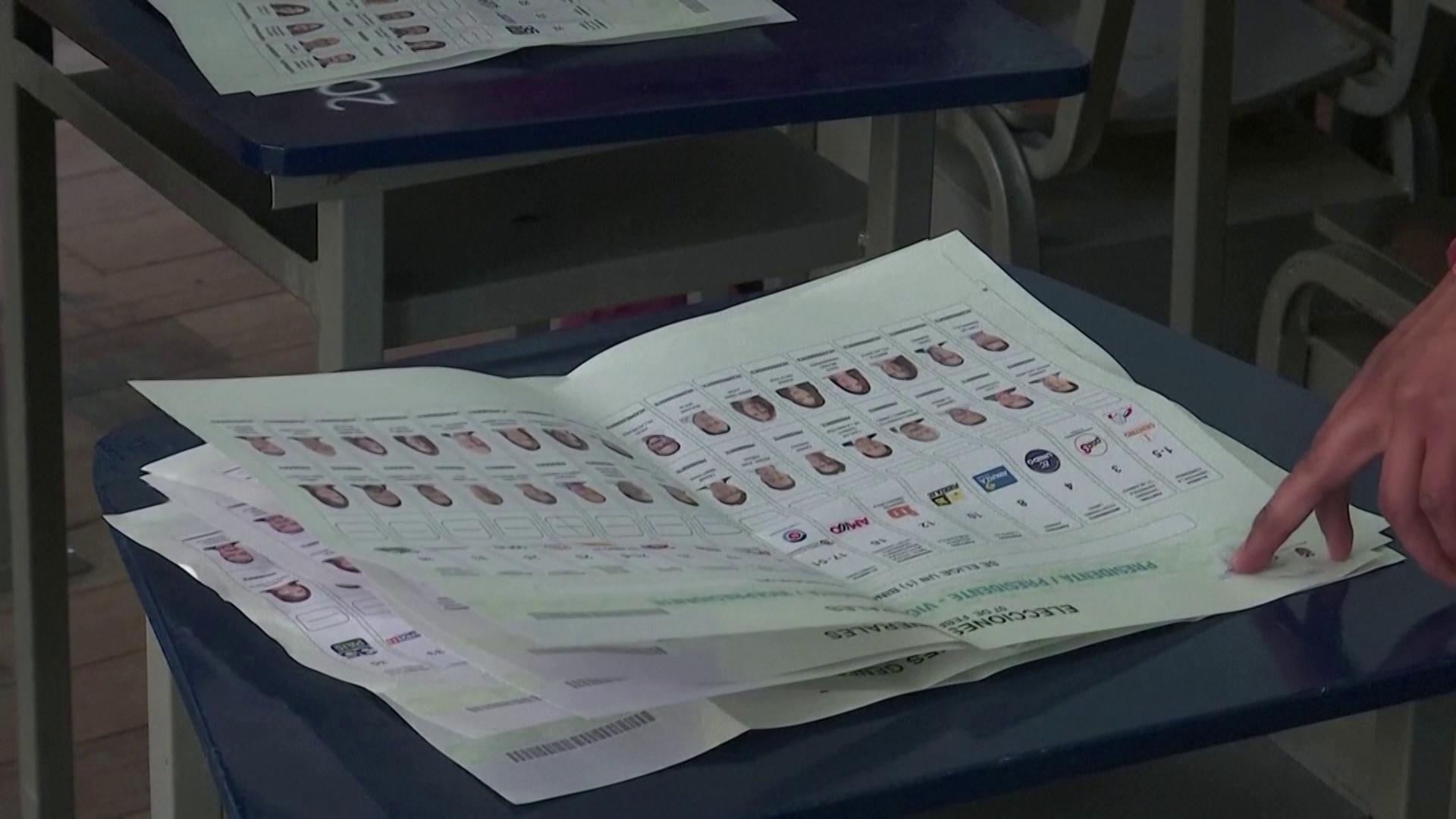 Mesários fazem apuração de cédulas de votação na eleição presidencial do Equador