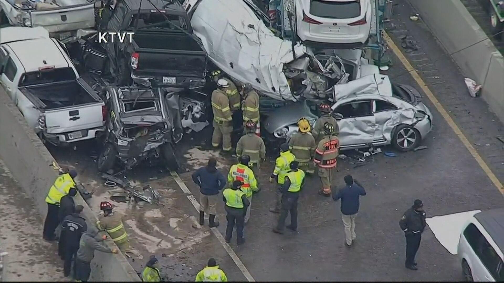 Engavetamento com 70 veículos deixa 5 mortos no Texas (11.fev.2021)