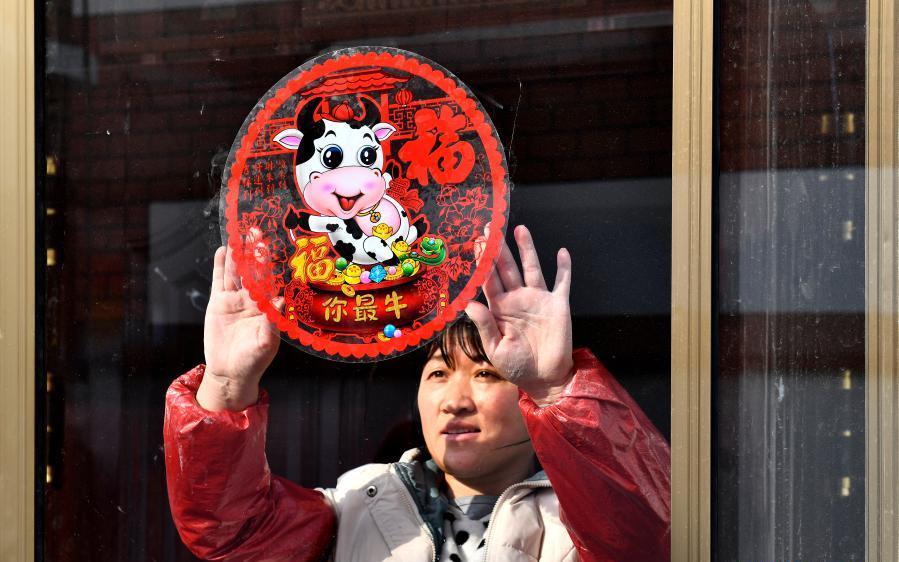 Mulher cola enfeite com o tema do boi em loja na província de Shandong, na China