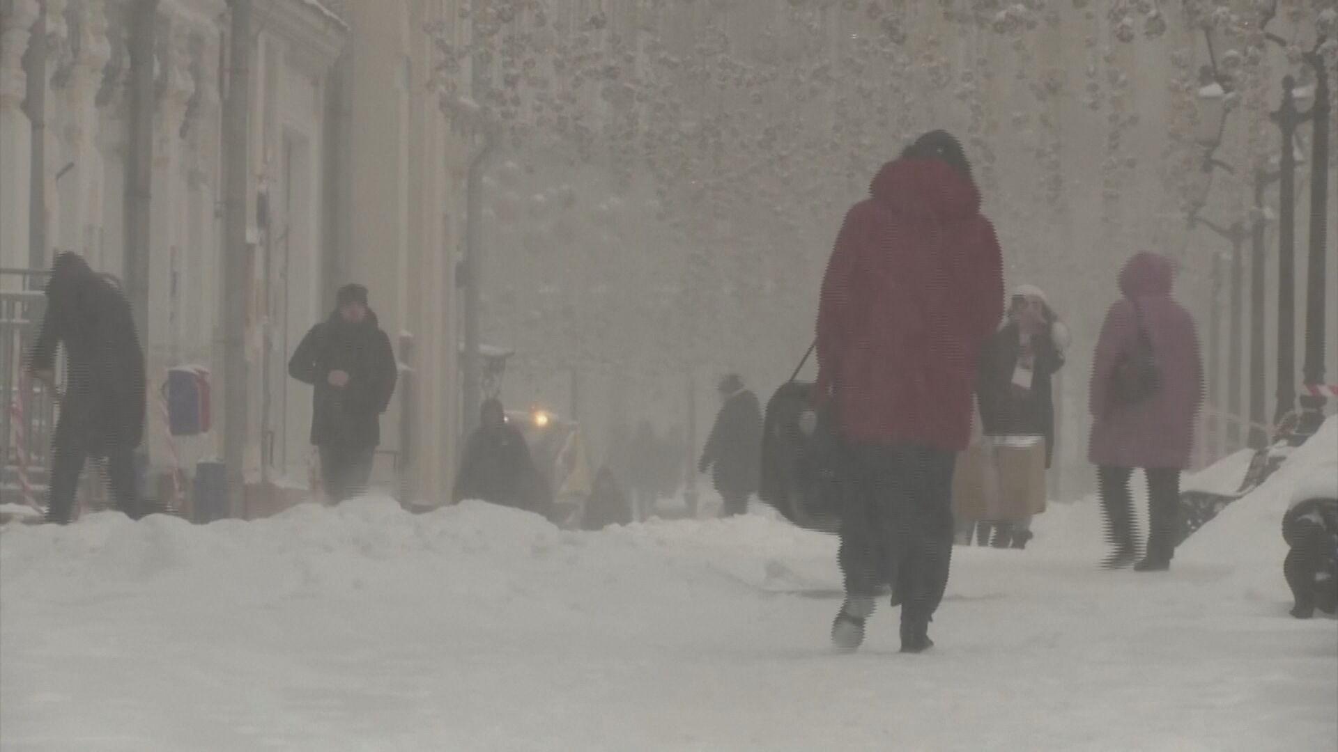Neve derruba temperatura em Moscou e causa transtornos no trânsito (12.fev.2021)