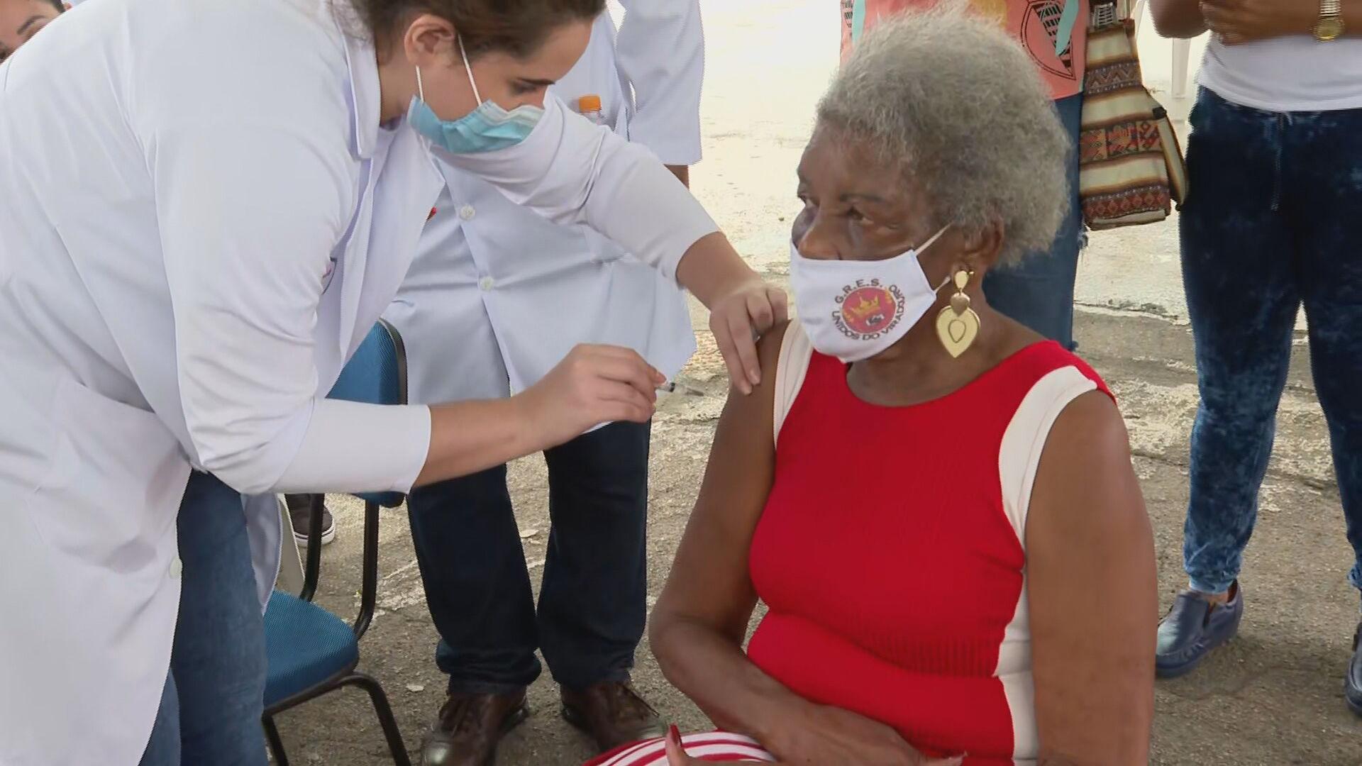 Velha guarda do samba se vacina em Sambódromo da Marquês de Sapucaí