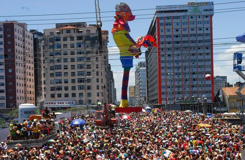 Considerado o maior bloco carnavalesco do mundo, o Galo da Madrugada é marca reg