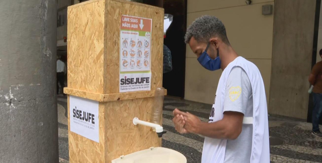 Pia portátil para pessoas em situação de rua foi instalada em rua no RJ
