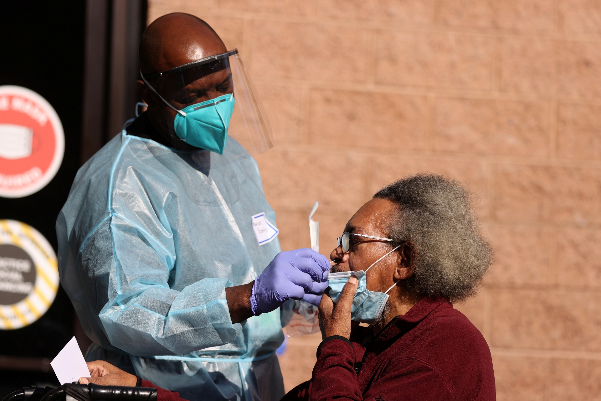 Morador de Los Angeles, nos EUA, faz teste para o novo coronavírus