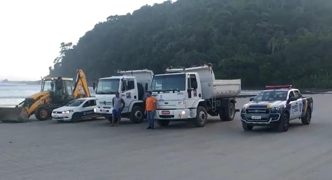 Prefeitura de São Sebastião usa até trator para dispersar banhistas