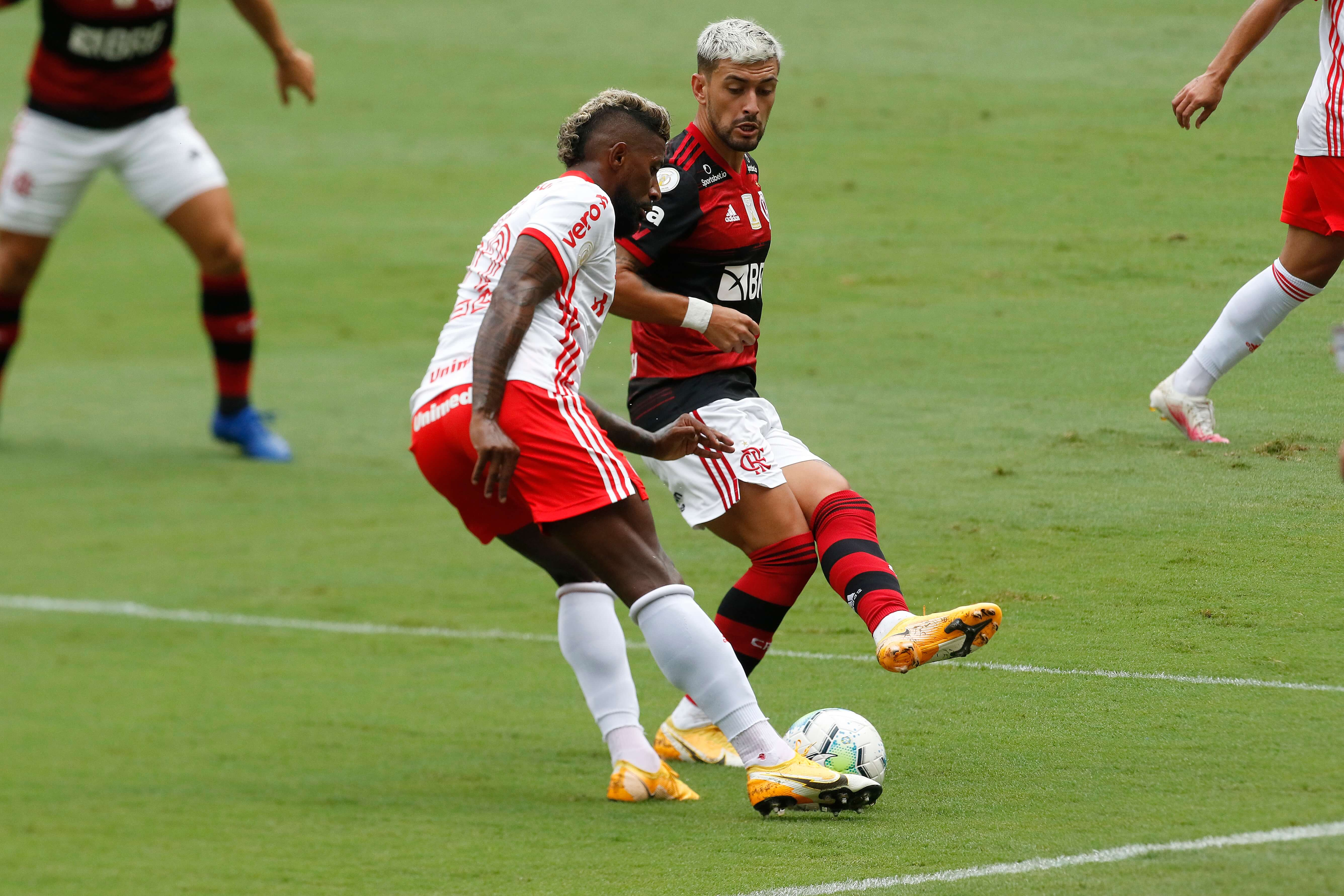 Lance da partida entre Flamengo e Internacional, pelo Brasileirão , no estádio d