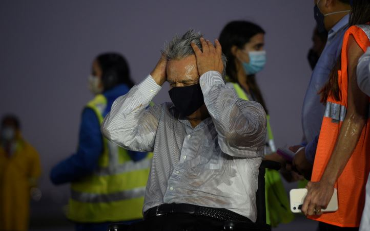 Presidente do Equador, Lenin Moreno, reage na chuva em Guayaquil, em janeiro de