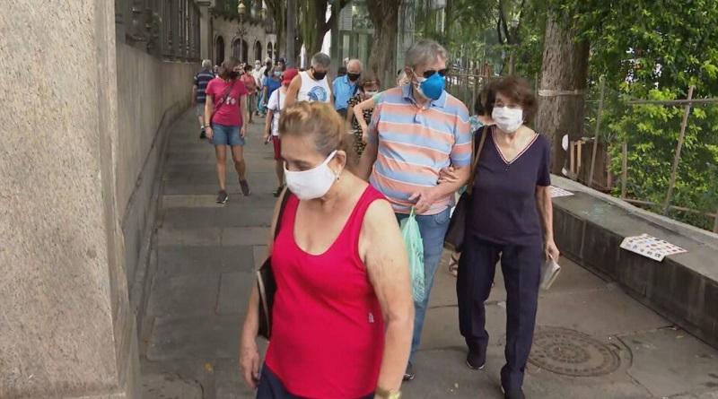 Idosos fizeram fila e aglomeração com medo de faltar vacina
