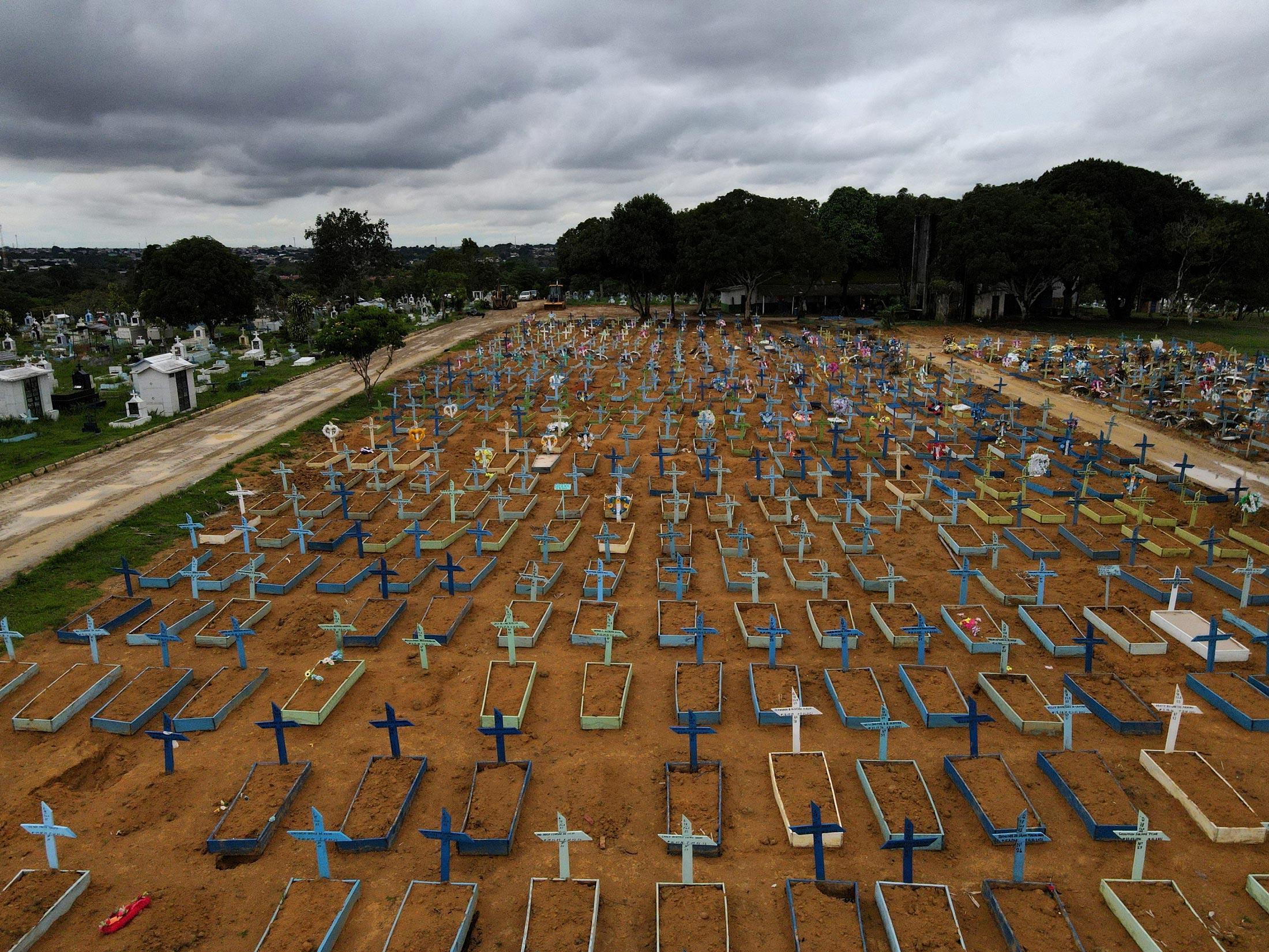 Vista aérea de cemitério Parque Tarumã, em Manaus