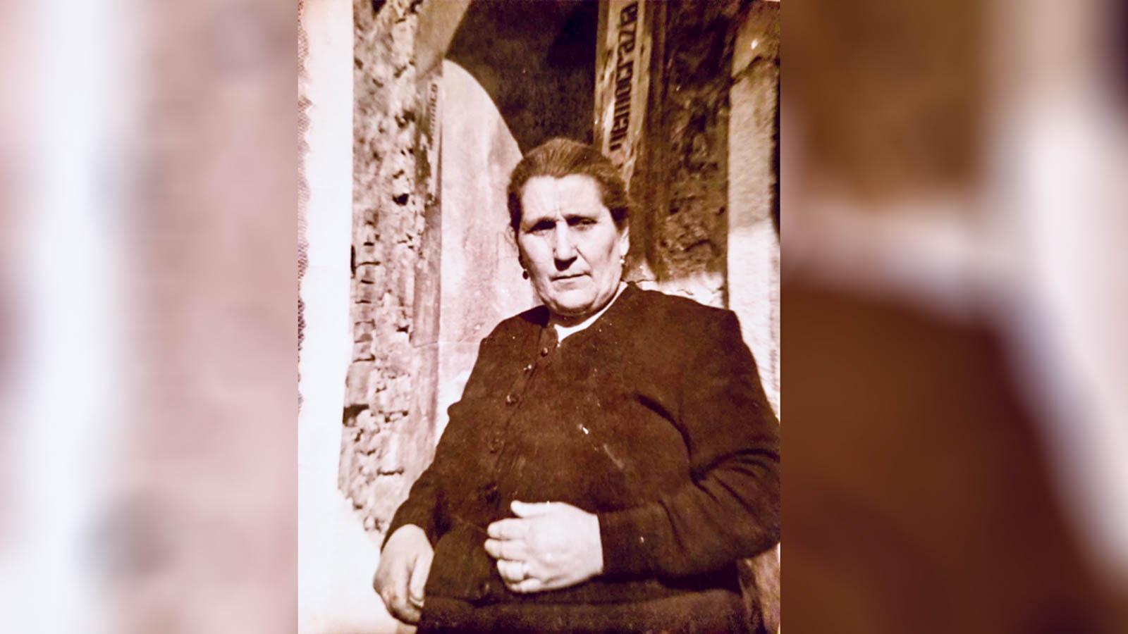 A avó de Josie Faccini em frente a casa da família em Castropginano, na Itália