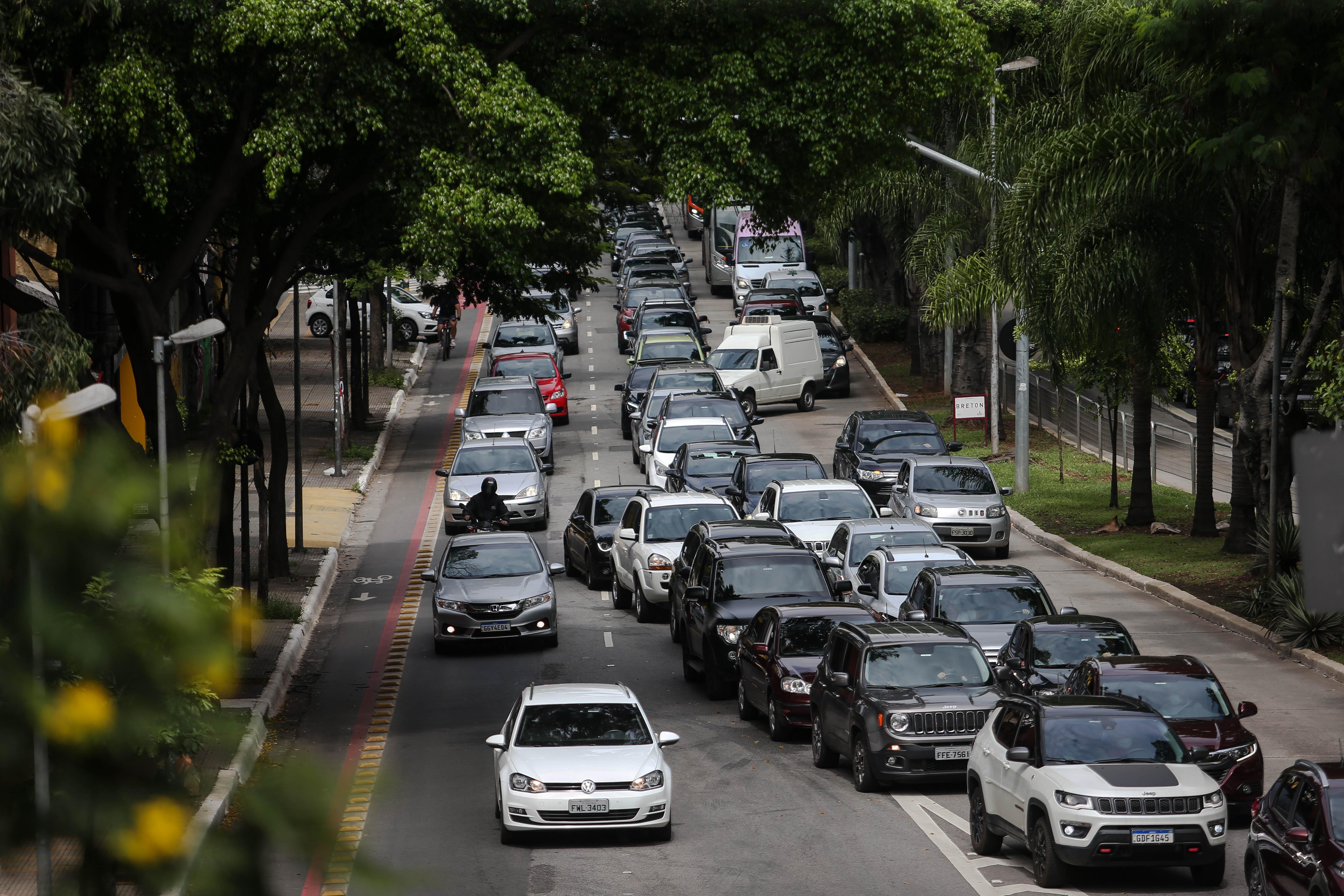 Fila de carros é vista na Avenida Rebouças, na zona oeste da capital paulista
