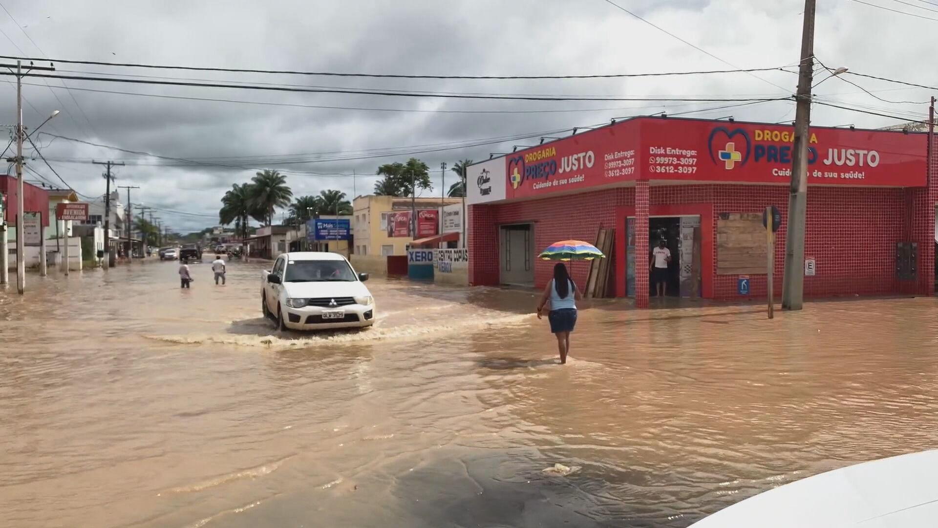 Moradores se recusam a deixar casas alagadas no Acre (01.mar.2021)