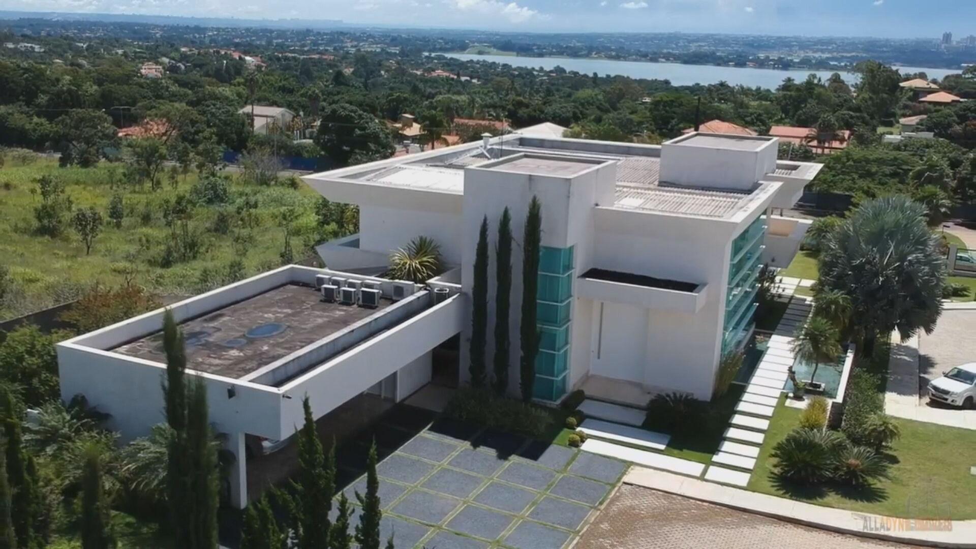 Flávio Bolsonaro compra mansão de 1.000 m² por R$ 5,9 milhões em Brasília