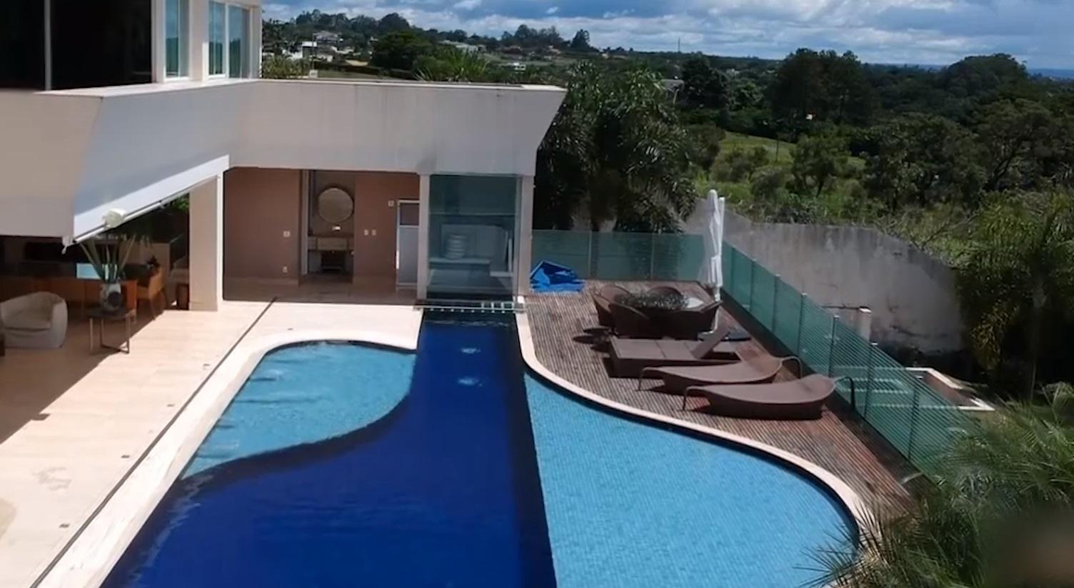 Mansão de Flávio Bolsonaro tem uma ampla piscina