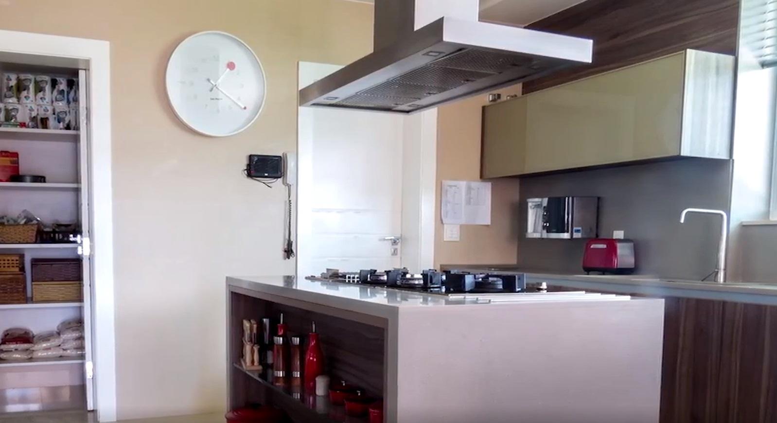 Imagens da cozinha da mansão de Flávio Bolsonaro