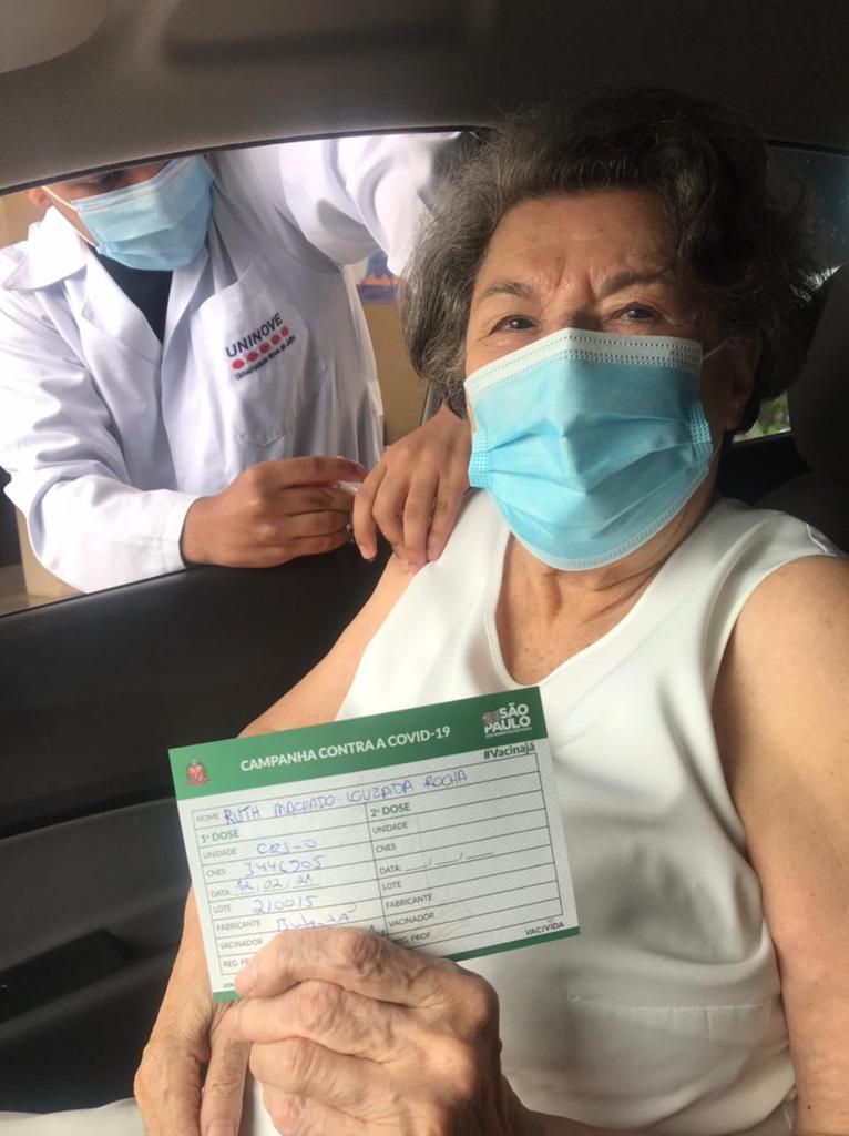 A escritora Ruth Rocha recebeu a primeira dose da vacina contra Covid-19