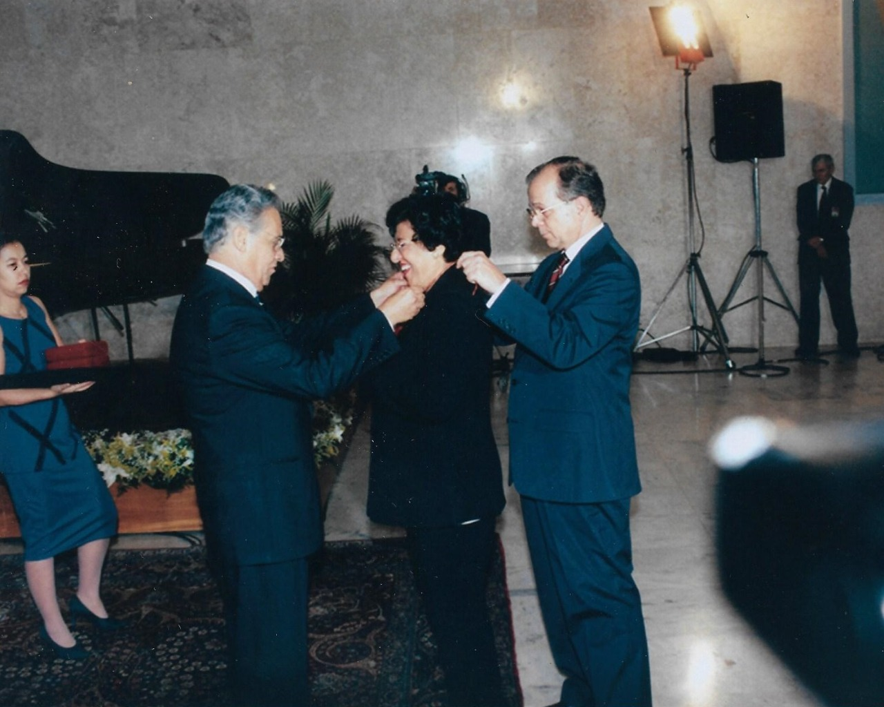 Ruth Rocha recebe medalha do ex-presidente Fernando Henrique Cardoso