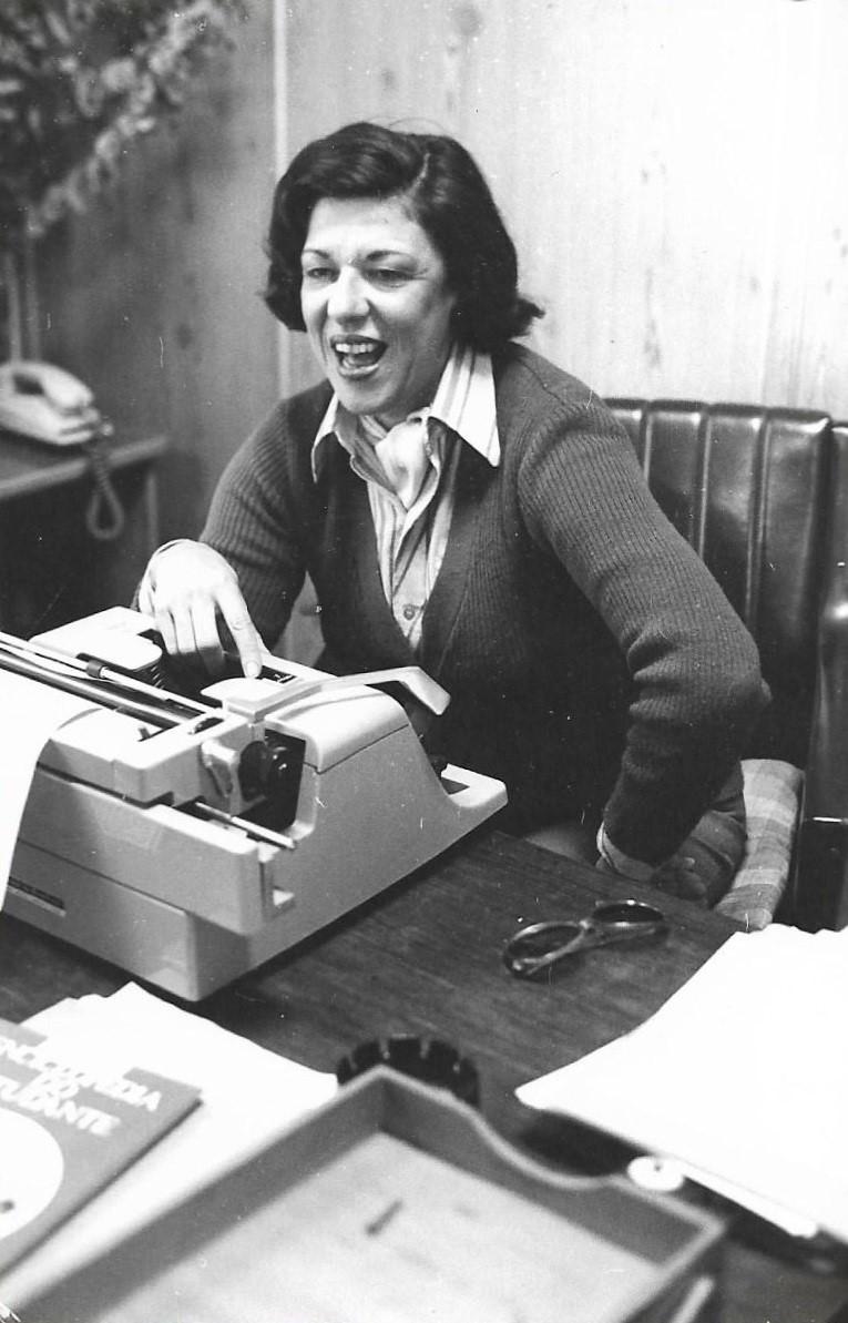 Ruth Rocha trabalhando na máquina de escrever
