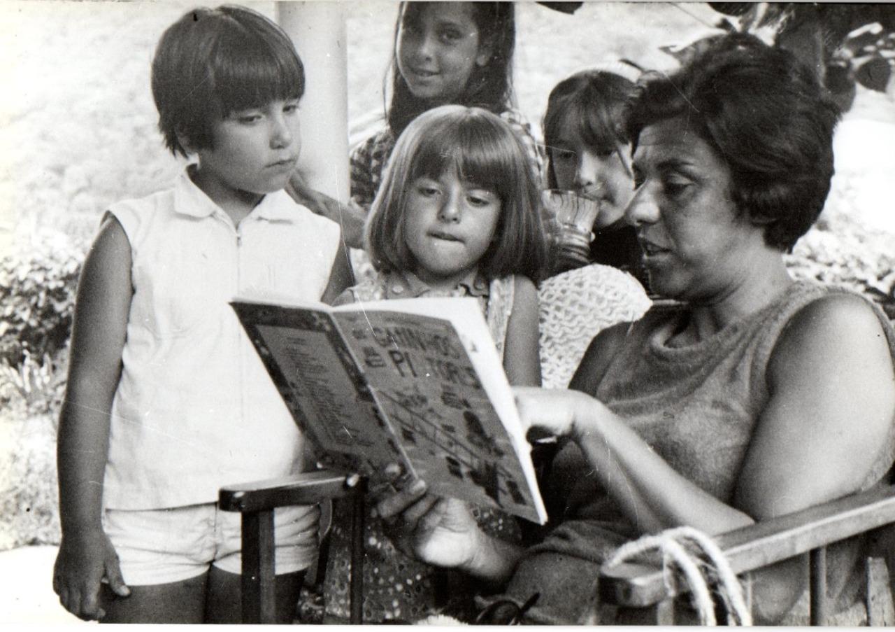 A escritora Ruth Rocha lê para crianças