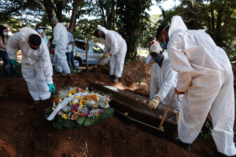 Enterro no cemitério da Vila Formosa, em SP, durante a pandemia de Covid-19