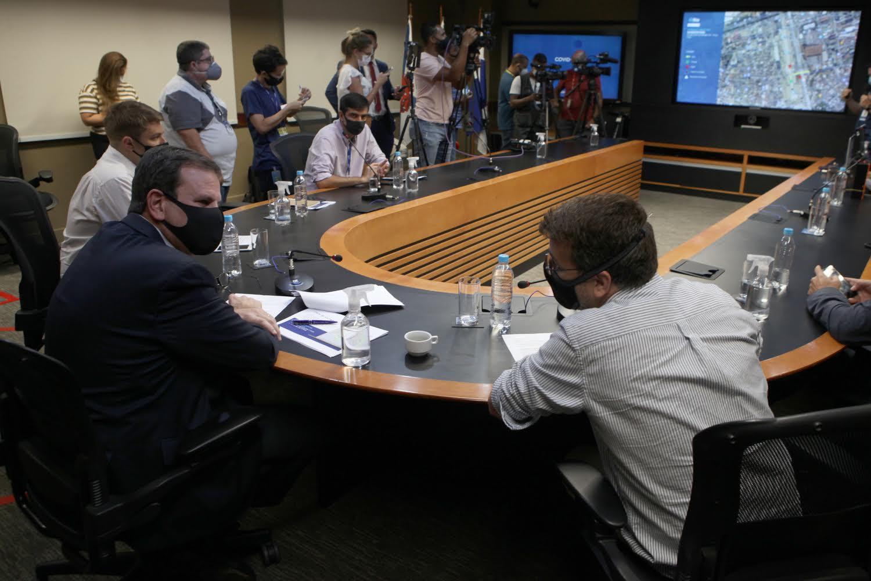 Eduardo Paes e o secretário de saúde do Rio, Daniel Soraz, em reunião