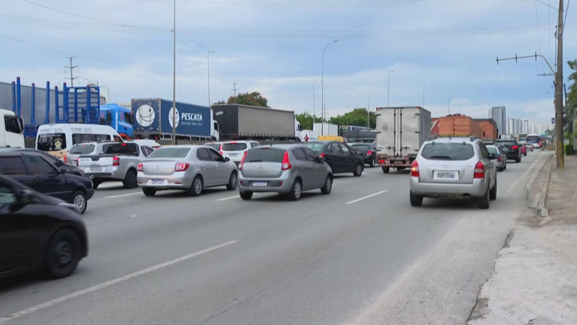Caminhoneiros bloqueiam via em São Paulo