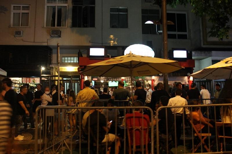 Aglomeração em bares no Rio de Janeiro