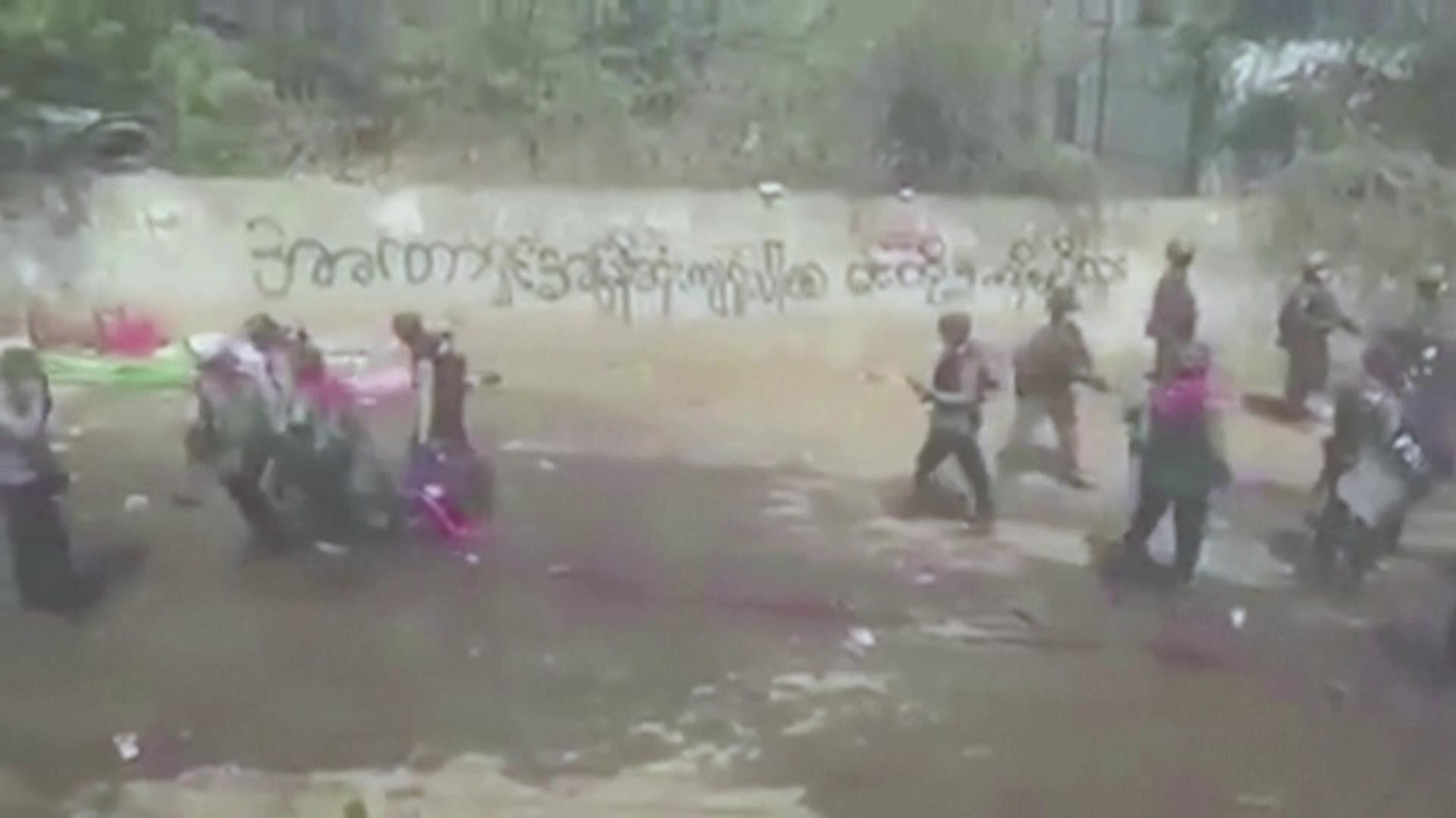 Soldados carregam corpo de manifestante baleado durante protesto em Mianmar