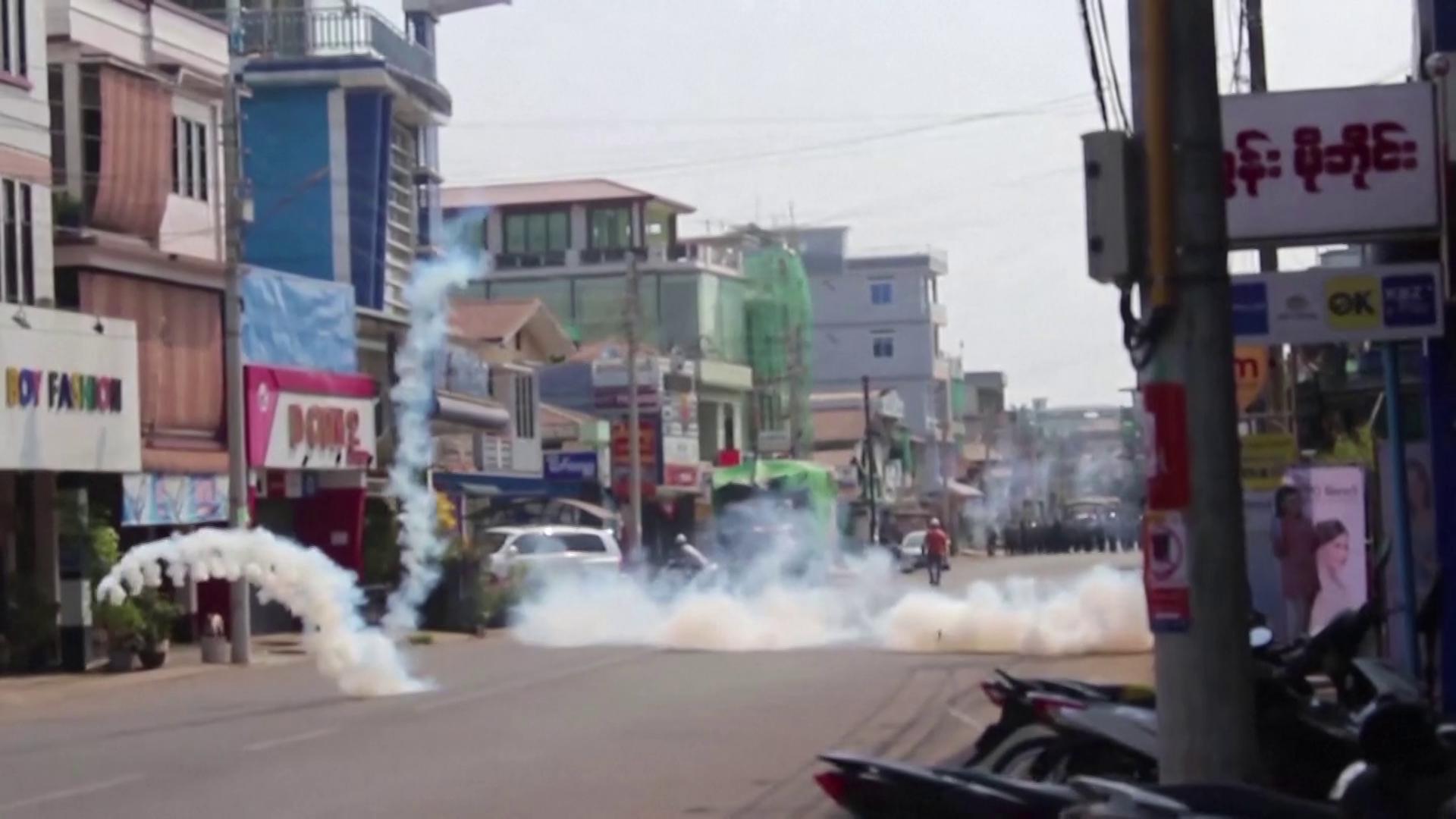 Militares dispersam multidão em Mianmar com gás lacrimogêneo