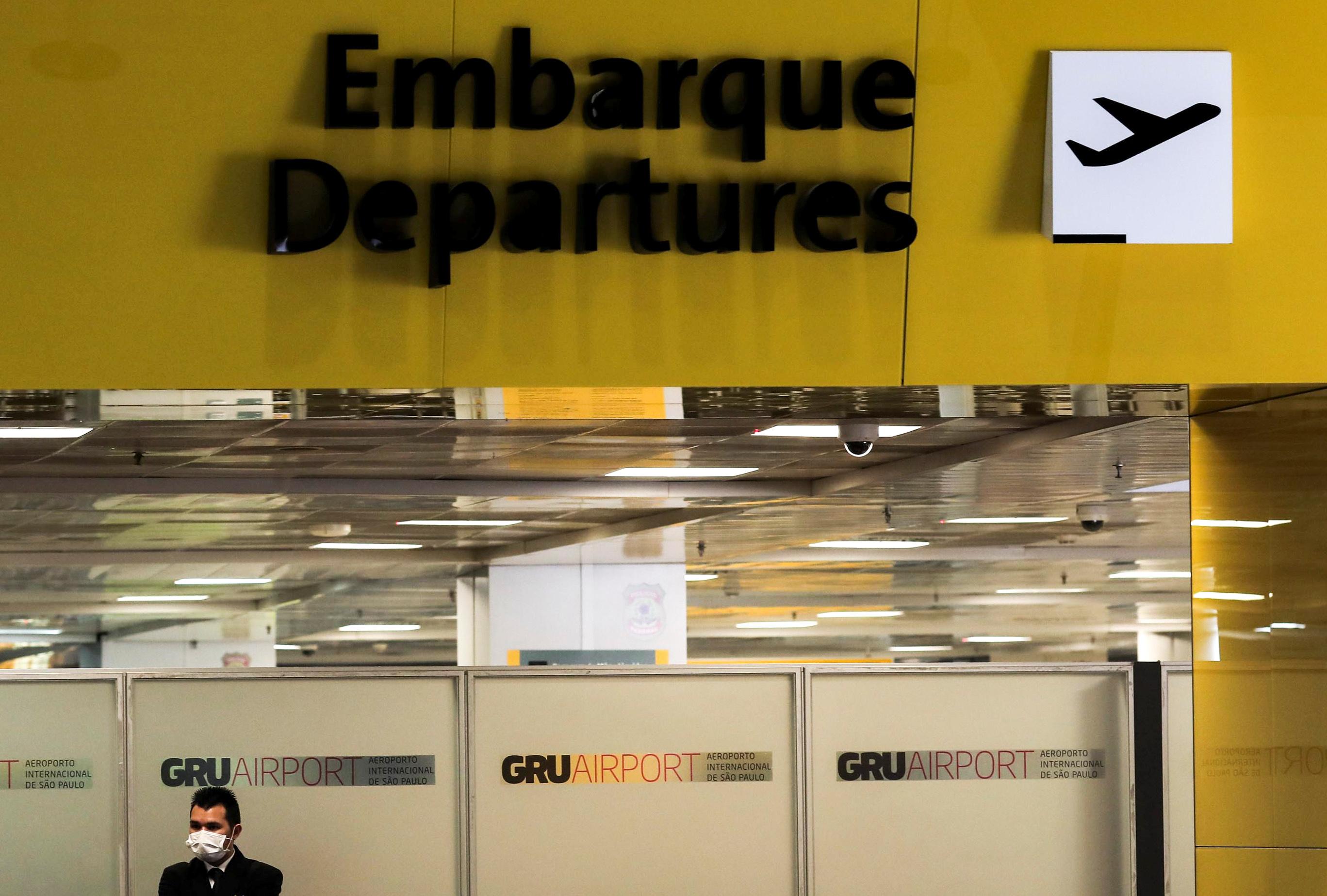 Funcionário com roupa de proteção no aeroporto de Guarulhos