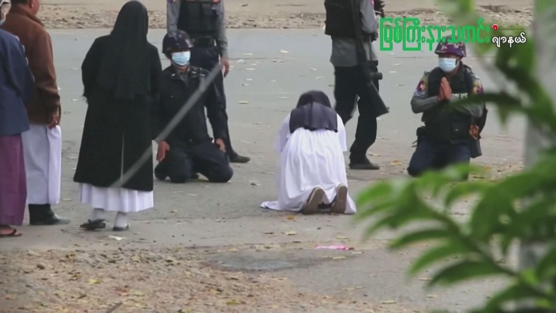 Freira se ajoelha em Mianmar e pede a policiais que não pratiquem violência