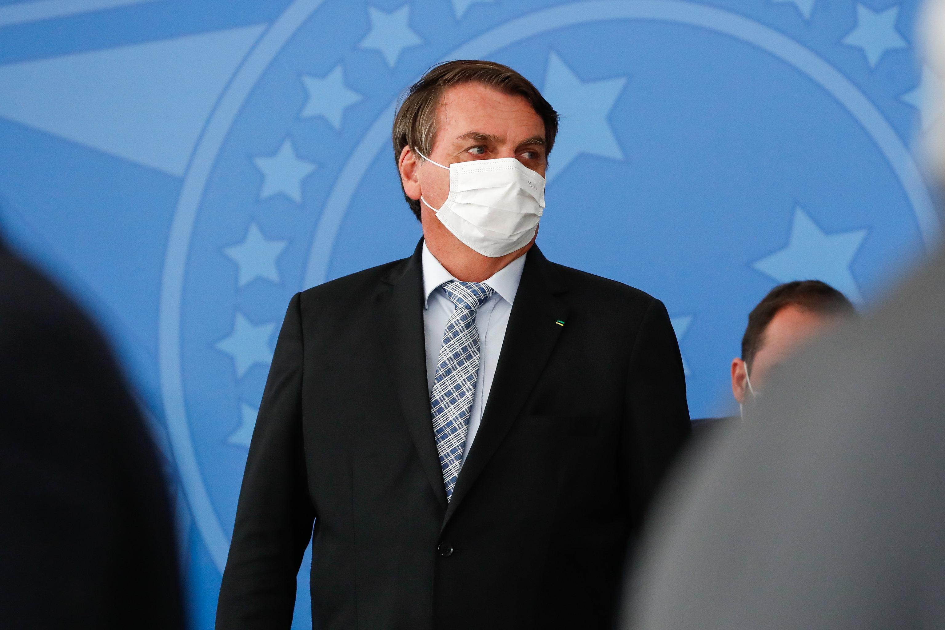 Jair Bolsonaro usa máscara durante cerimônia no Palácio do Planalto