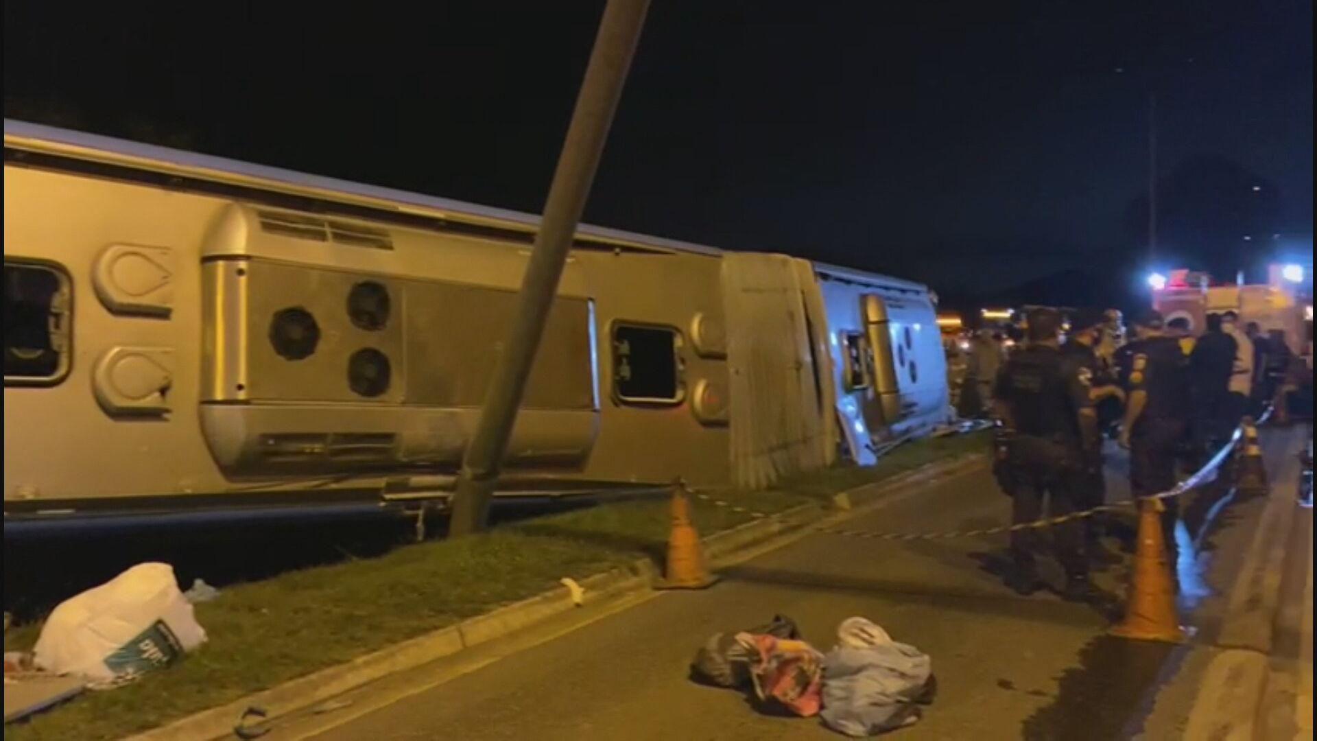 Ônibus do BRT tomba após acidente com carro e deixa pelo menos um morto no Rio