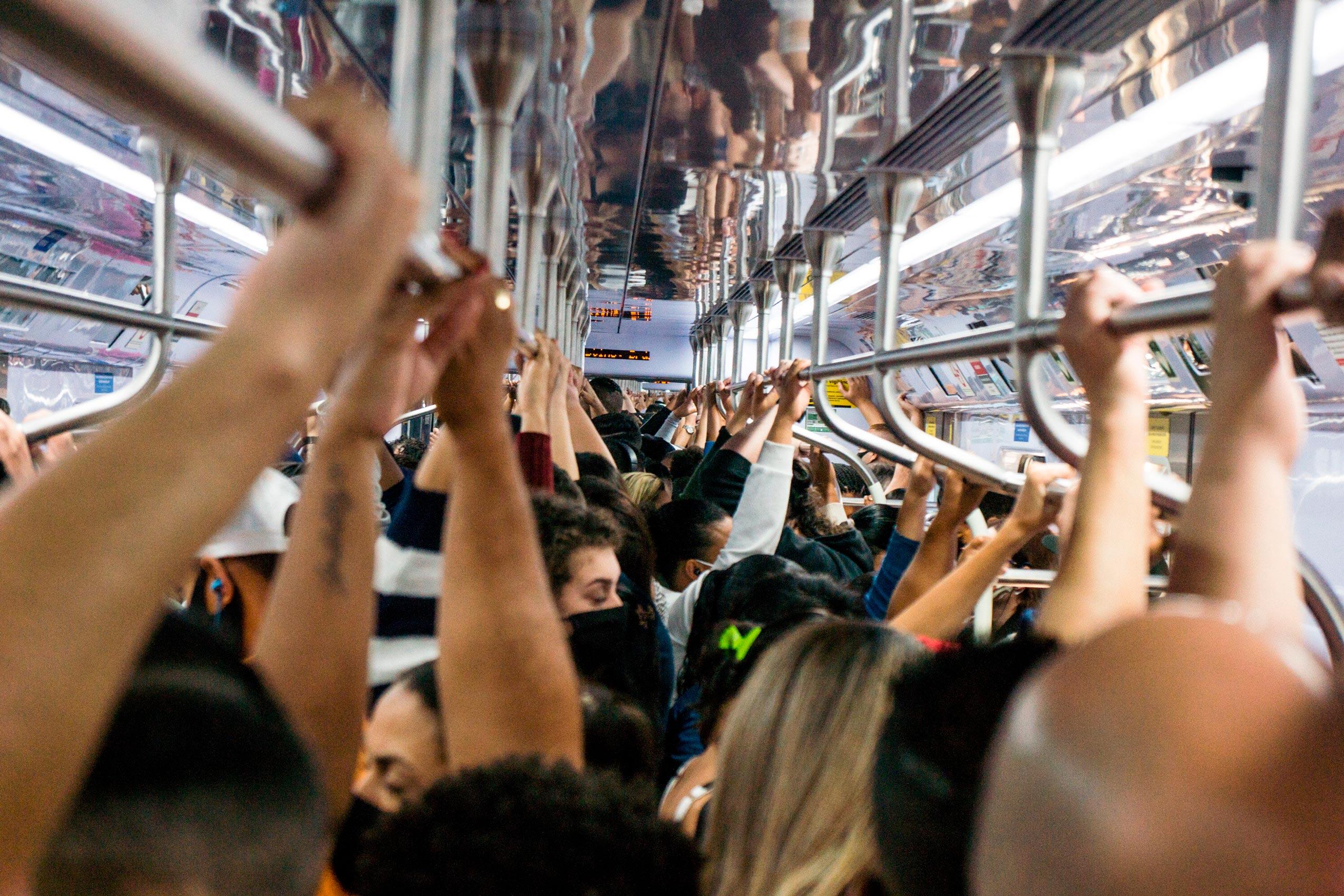 Aglomeração em trem da linha 7-Rubi da CPTM em São Paulo durante pandemia