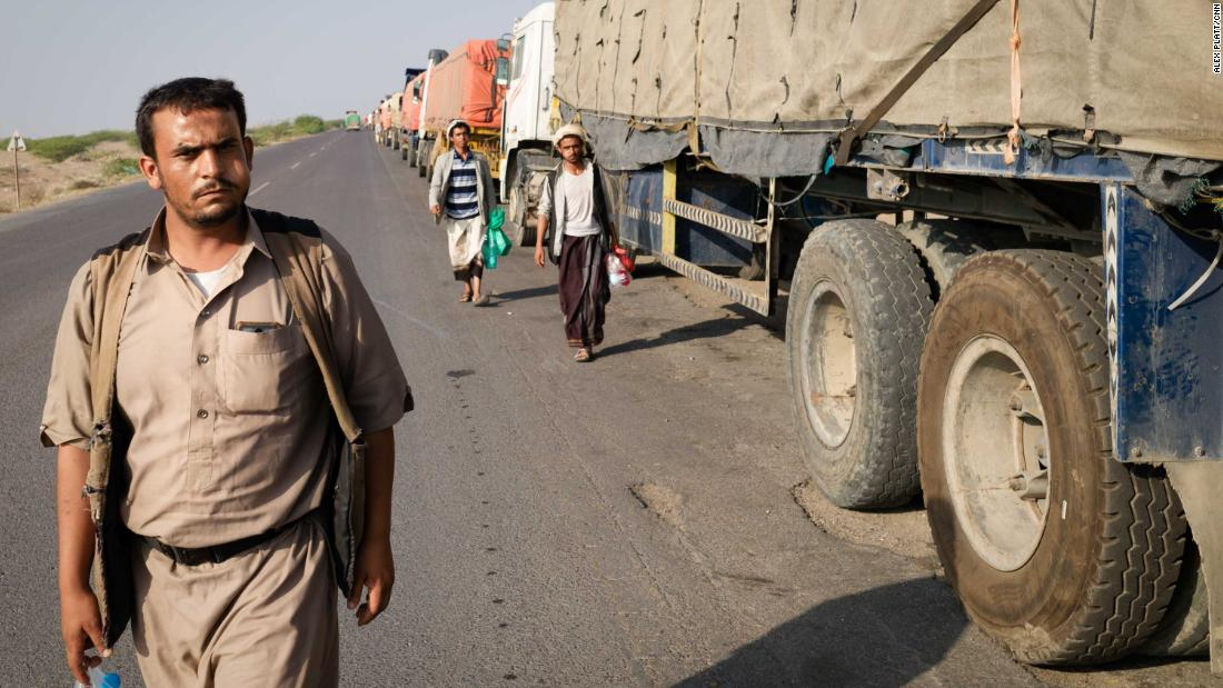 Caminhões sem combustível no Iêmen