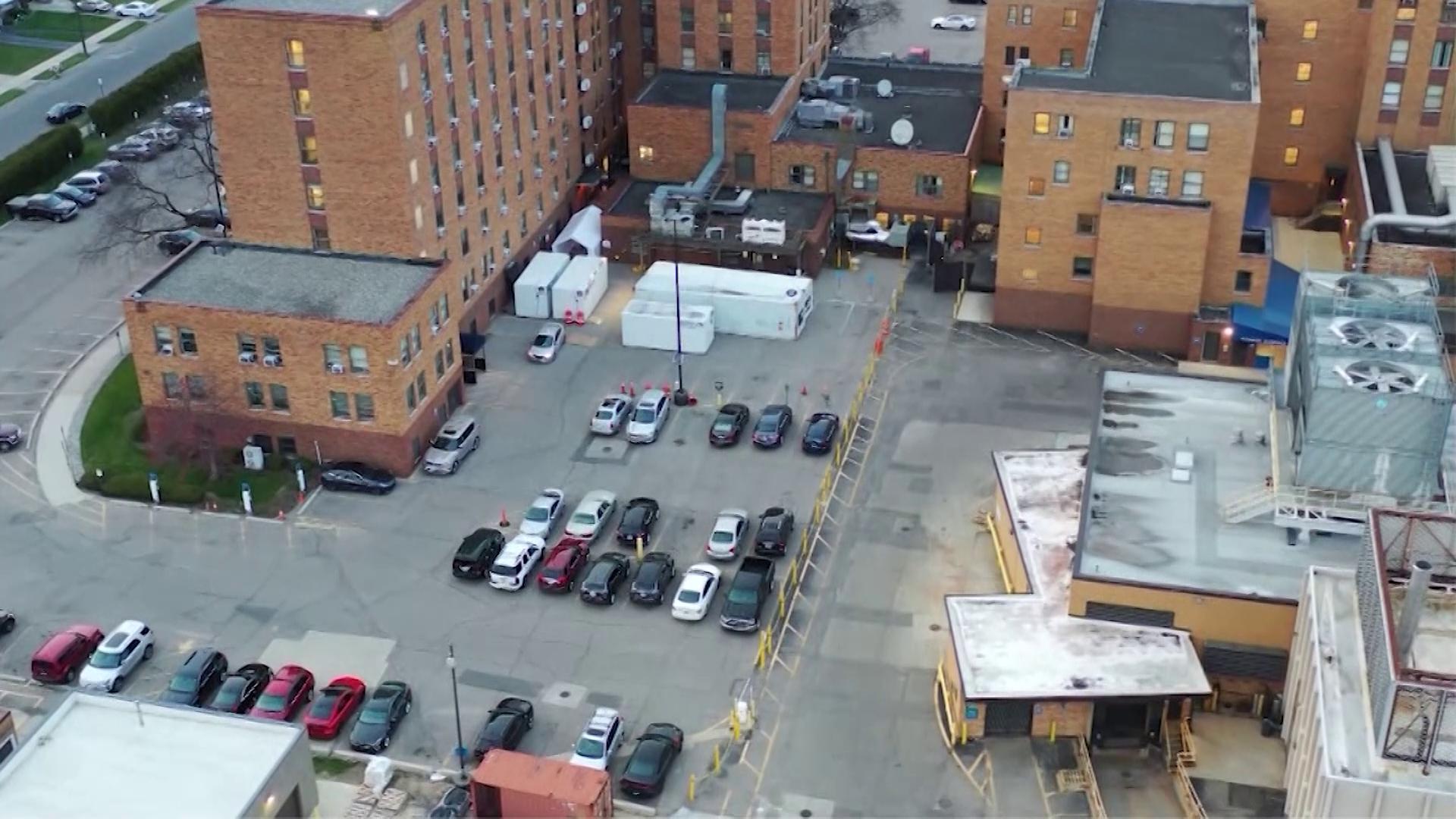 Unidades refrigeradas em hospital de Detroit, nos EUA