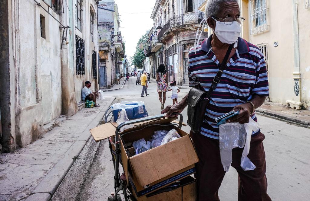 Homem faz entrega de comida em Havana