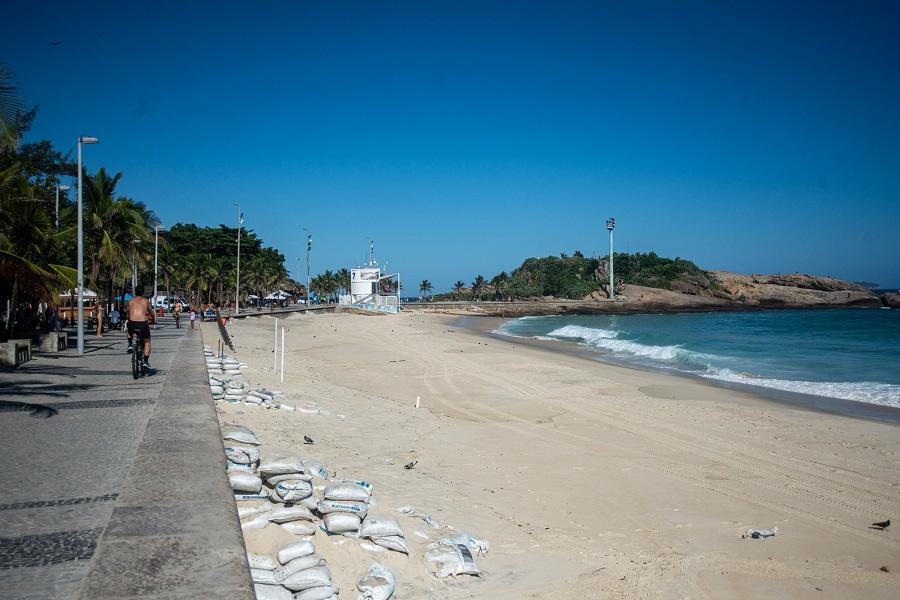 Movimentação na praia do Arpoador, no Rio de Janeiro