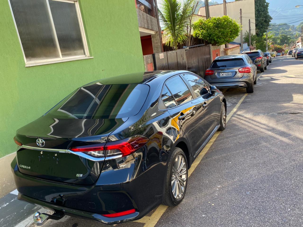 Carros estacionados em frente à casa dos suspeitos de envolvimento com o milicia